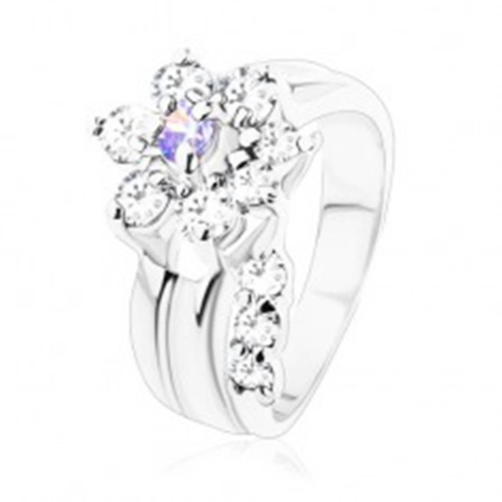 Šperky eshop Ligotavý prsteň, ohnutá stonka, zirkónový kvet vo svetlofialovej a čírej farbe - Veľkosť: 49 mm