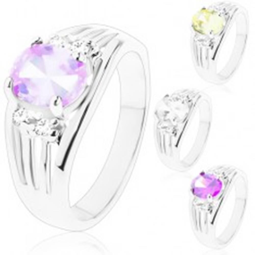 Šperky eshop Ligotavý prsteň s rozvetvenými ramenami, oválny stred, dvojice čírych zirkónov - Veľkosť: 49 mm, Farba: Svetlofialová