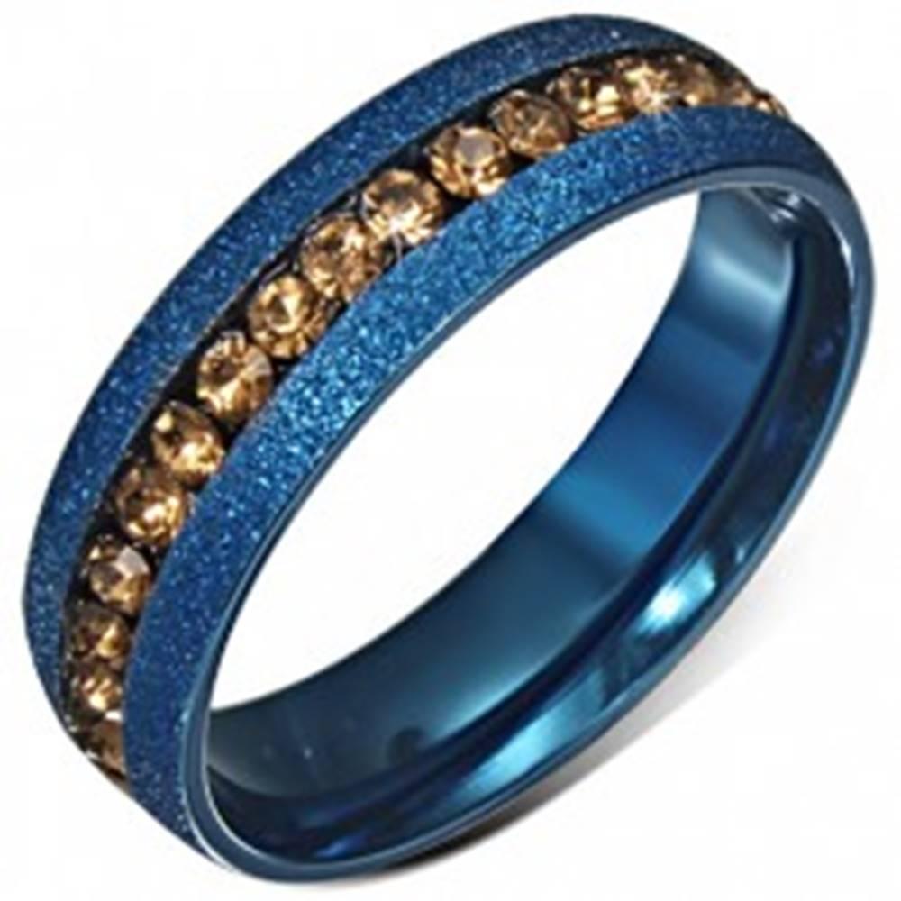 Šperky eshop Modrá anodizovaná obrúčka s pieskovaným povrchom, žltý zirkónový pás - Veľkosť: 52 mm