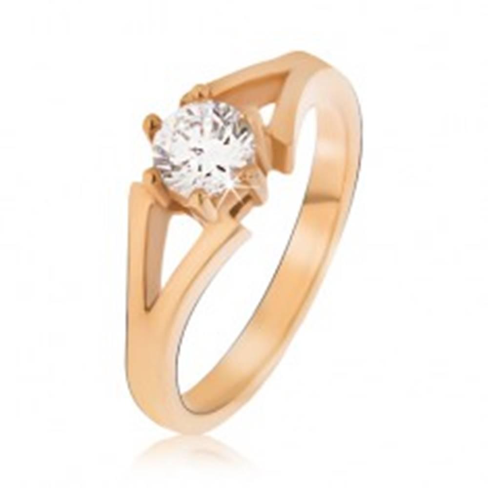 Šperky eshop Oceľový prsteň zlatej farby, rozvetvujúce sa ramená, číry kamienok - Veľkosť: 49 mm
