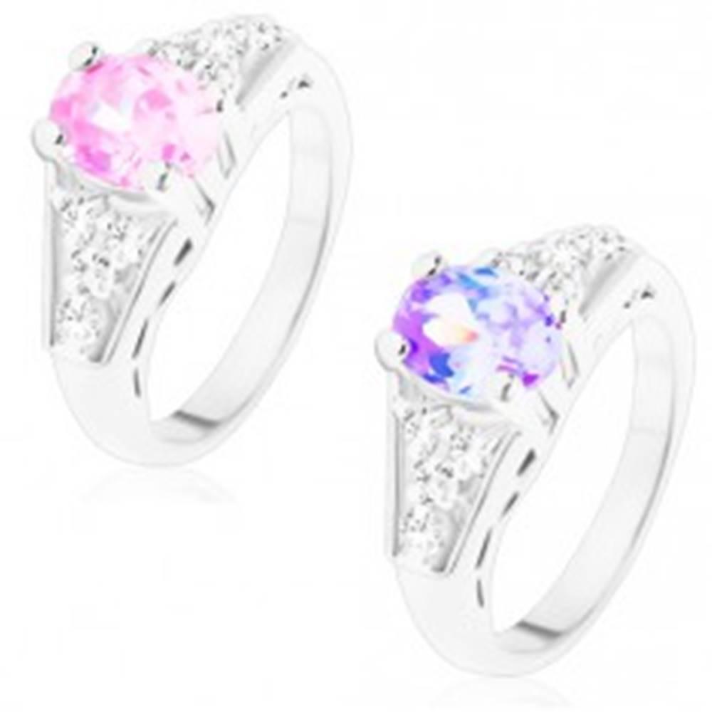 Šperky eshop Prsteň s lesklými ramenami, brúsený oválny zirkón, štvorice čírych zirkónov - Veľkosť: 48 mm, Farba: Svetlofialová