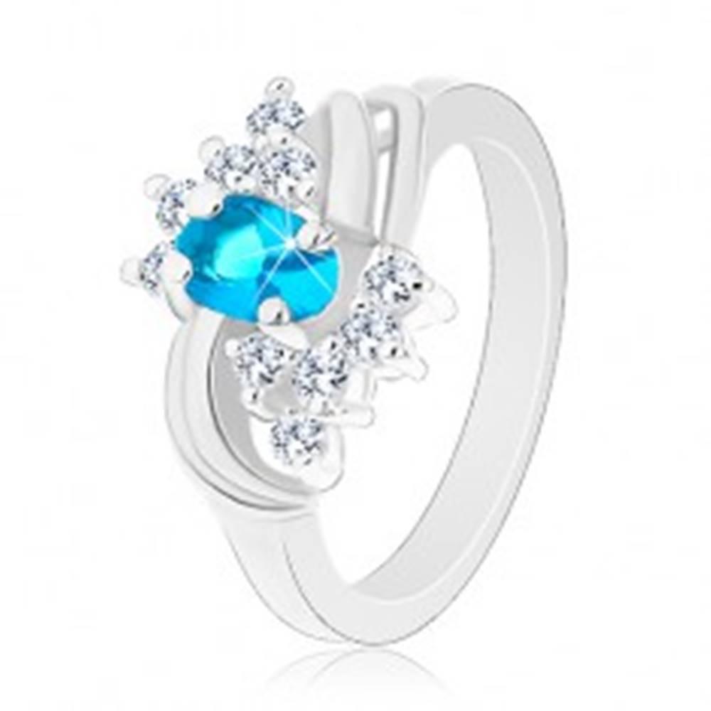 Šperky eshop Prsteň so zúženými hladkými ramenami, modrý oválny zirkón, dva páry oblúkov - Veľkosť: 49 mm
