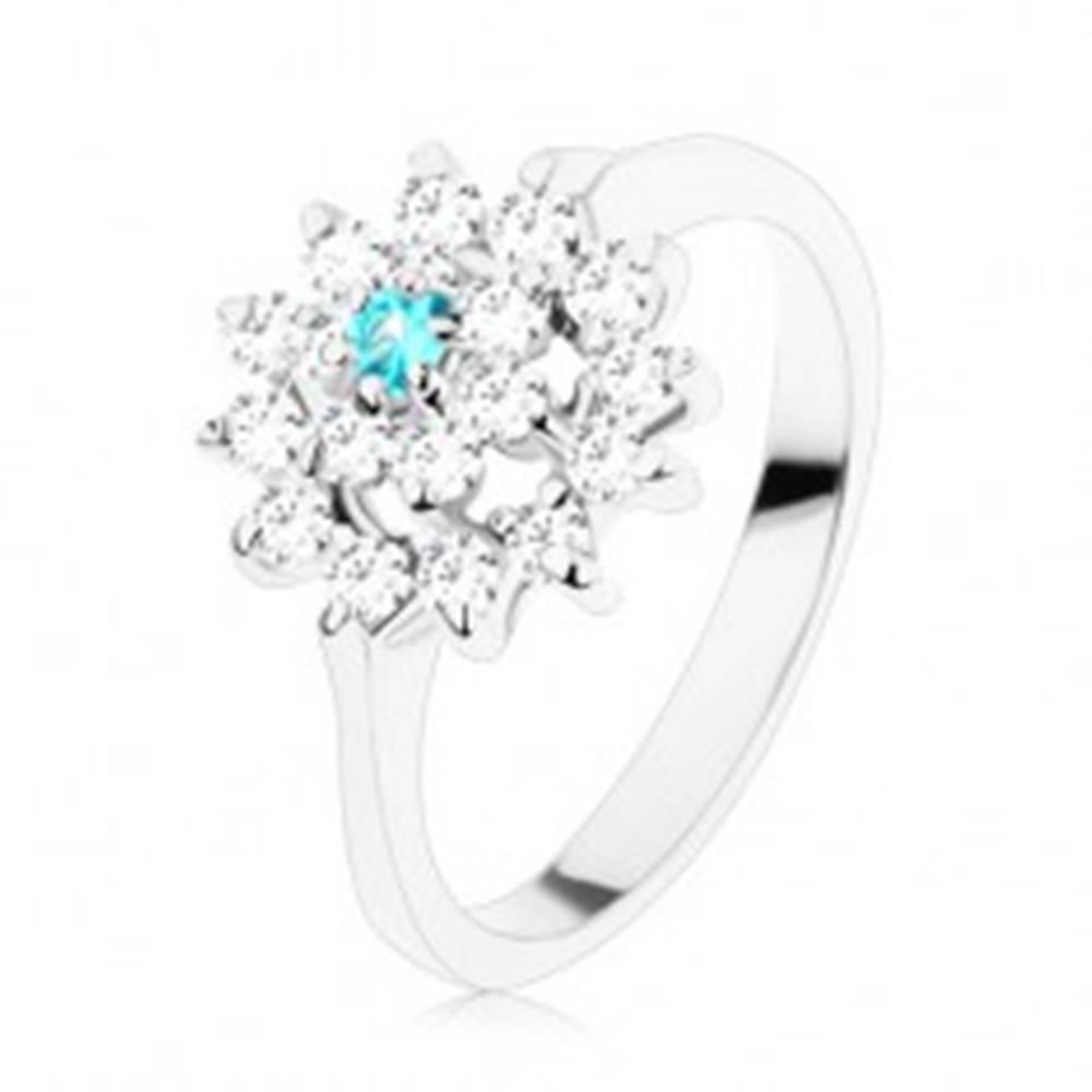 Šperky eshop Prsteň so zúženými ramenami, číry kruh, zirkónový akvamarínovo-číry kvet - Veľkosť: 58 mm