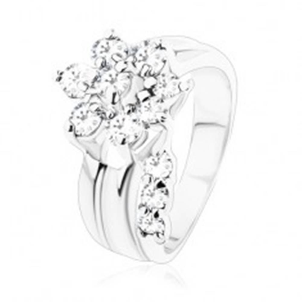 Šperky eshop Prsteň striebornej farby, žiarivý kvietok z čírych zirkónikov, rozdelené ramená - Veľkosť: 49 mm