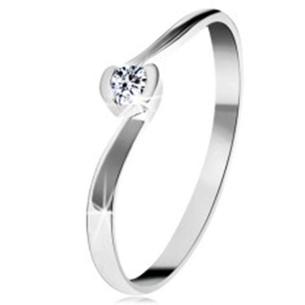 Šperky eshop Prsteň z bieleho 14K zlata - číry diamant medzi zahnutými koncami ramien - Veľkosť: 49 mm