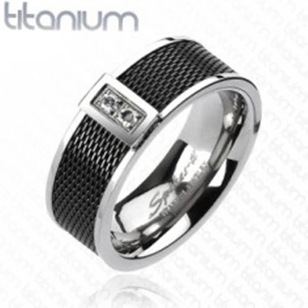 Šperky eshop Prsteň z titánu - čierny sieťovaný vzor, dva číre zirkóny - Veľkosť: 59 mm