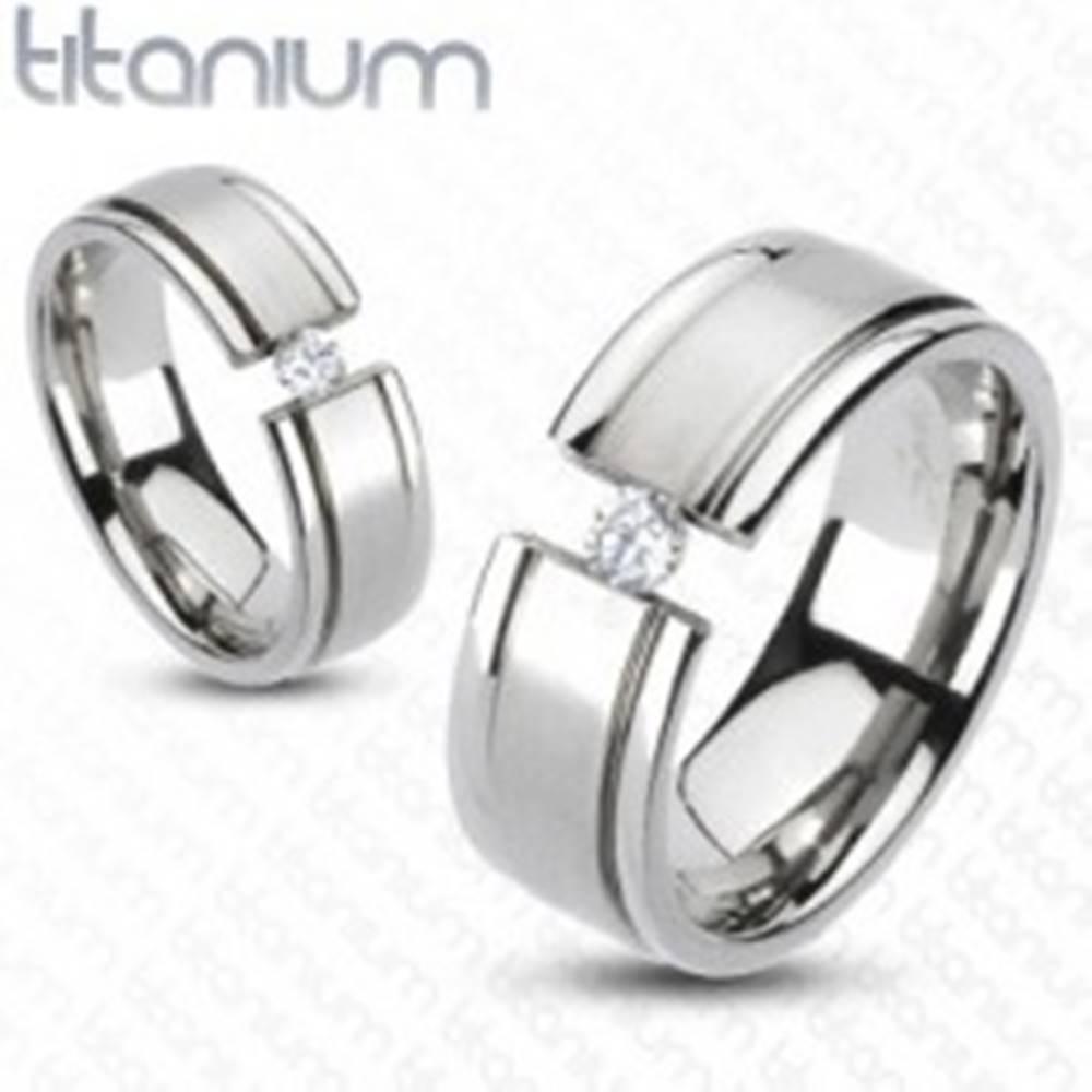 Šperky eshop Prsteň z titánu - rozťatá obrúčka, trblietavý zirkón - Veľkosť: 49 mm