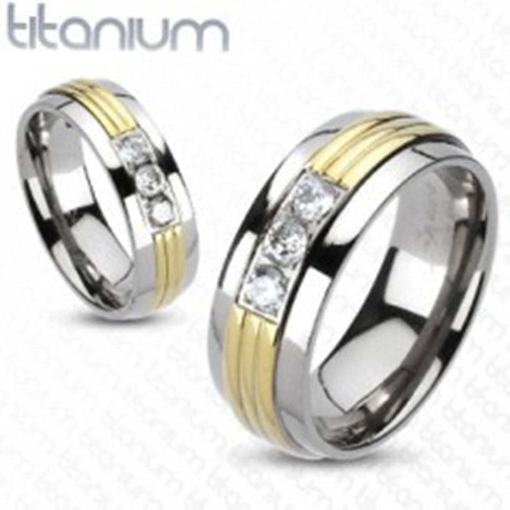 Šperky eshop Prsteň z titánu - stred v zlatej farbe, tri číre zirkóny - Veľkosť: 49 mm