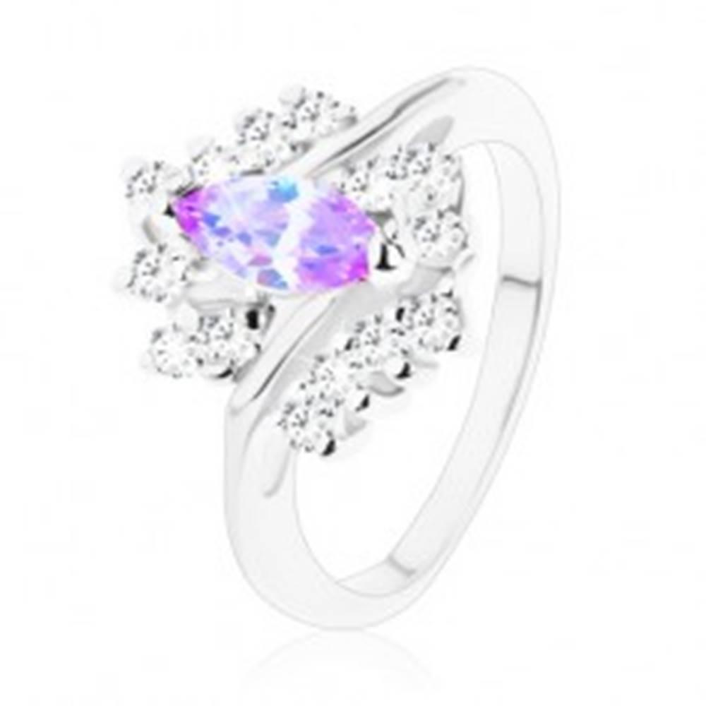 Šperky eshop Trblietavý prsteň so svetlofialovým zrnkom, zvlnený rad čírych zirkónov - Veľkosť: 49 mm
