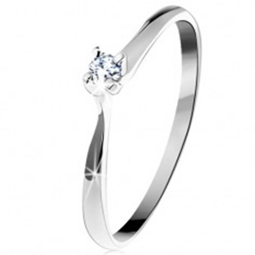 Šperky eshop Zlatý prsteň 585 - trblietavý číry diamant v štvorcípom kotlíku, biele zlato - Veľkosť: 50 mm