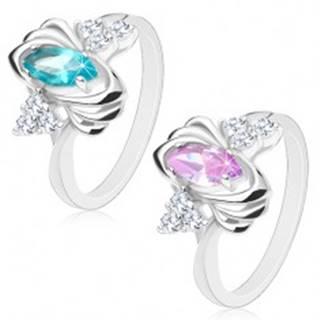 Lesklý prsteň striebornej farby, farebné zrnko, trojice čírych zirkónikov, oblúčiky - Veľkosť: 52 mm, Farba: Svetlofialová