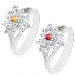 Trblietavý prsteň s rozdelenými ramenami, číry zirkónový kvietok, farebný stred - Veľkosť: 53 mm, Farba: Červená