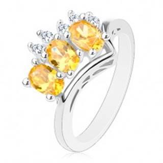 Trblietavý prsteň v striebornej farbe, trojica žltých oválov a päť čírych zirkónikov - Veľkosť: 56 mm