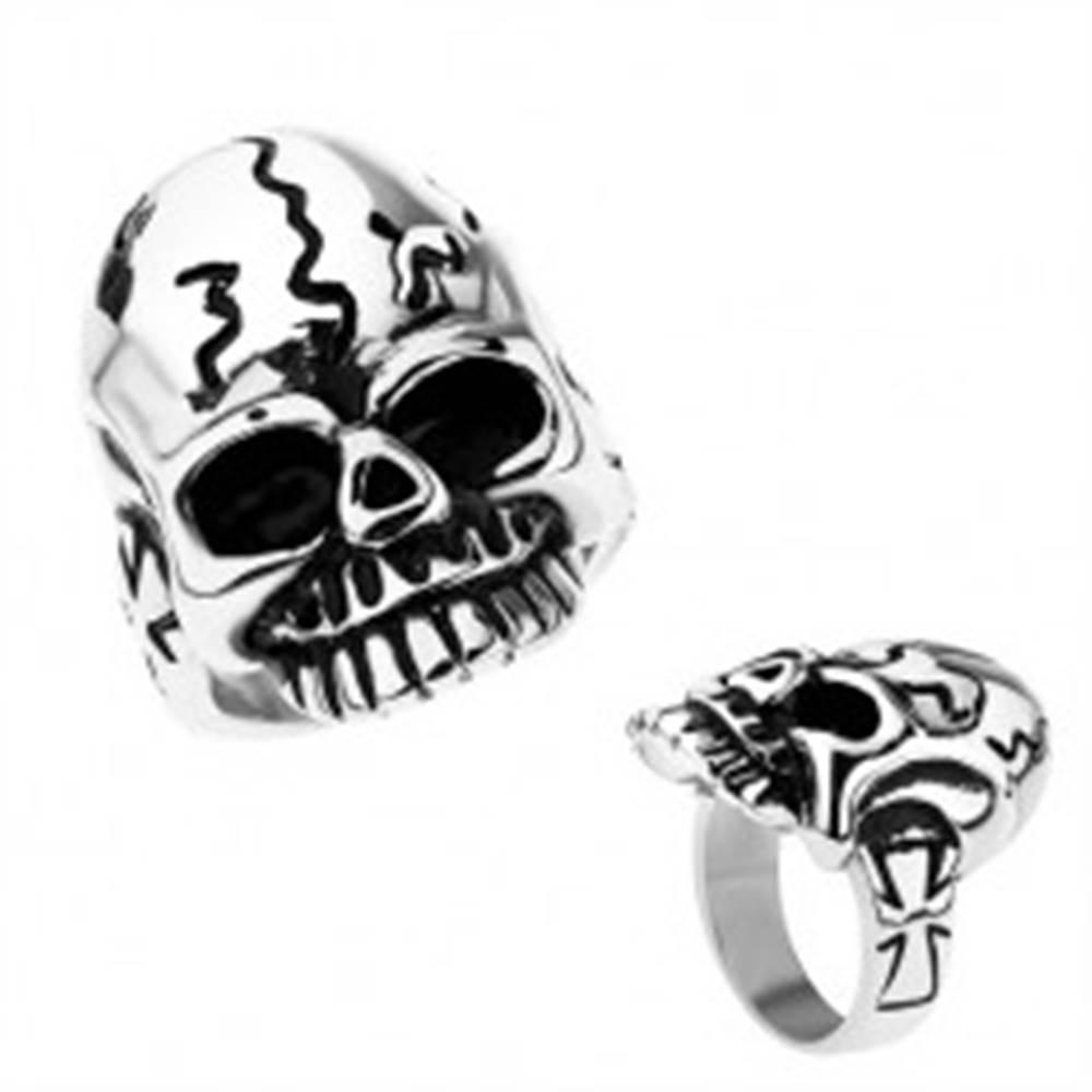 Šperky eshop Patinovaný prsteň z chirurgickej ocele, lebka s nepravidelnými ryhami - Veľkosť: 52 mm