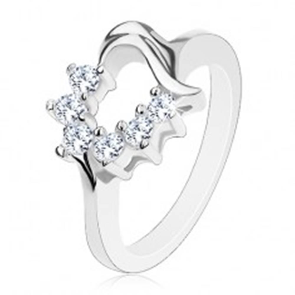 Šperky eshop Prsteň s kontúrou srdiečka v striebornej farbe, transparentné okrúhle zirkóniky - Veľkosť: 49 mm