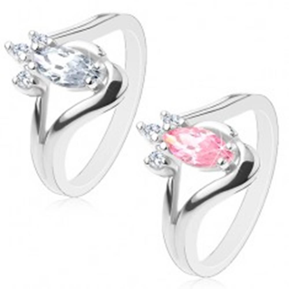 Šperky eshop Prsteň v striebornom odtieni so zahnutými ramenami, brúsené zrnko, číre zirkóniky - Veľkosť: 53 mm, Farba: Číra