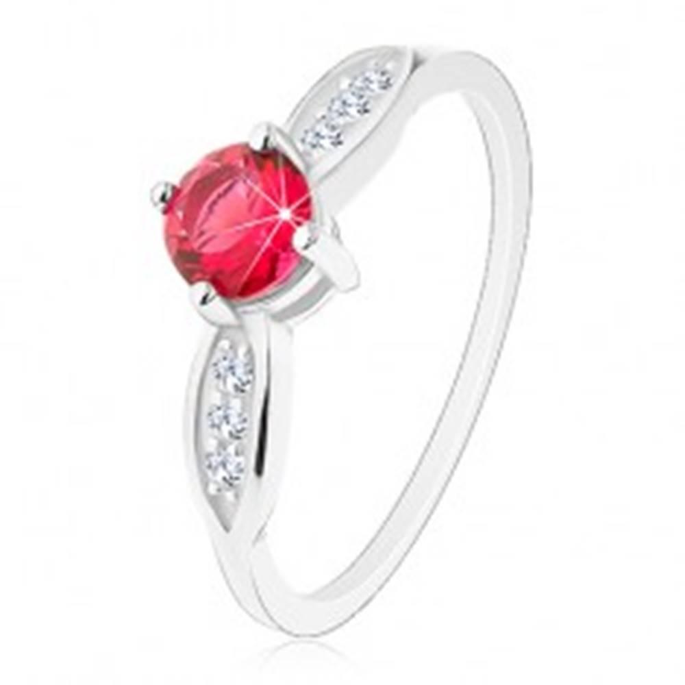 Šperky eshop Strieborný prsteň 925, okrúhly ružový zirkón, ligotavé lístky po stranách - Veľkosť: 48 mm