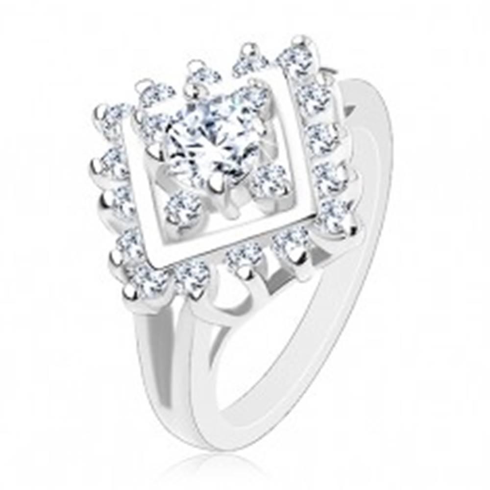 Šperky eshop Trblietavý prsteň s rozdelenými ramenami, okrúhle číre zirkóny v lesklom štvorci - Veľkosť: 53 mm