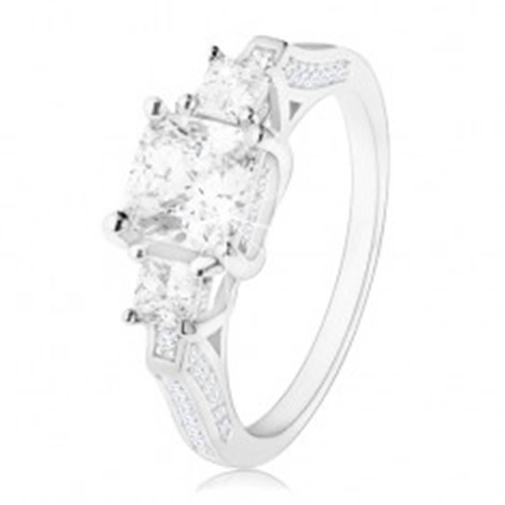 Šperky eshop Zásnubný prsteň zo striebra 925, tri zirkónové štvorce, zdobené ramená - Veľkosť: 49 mm