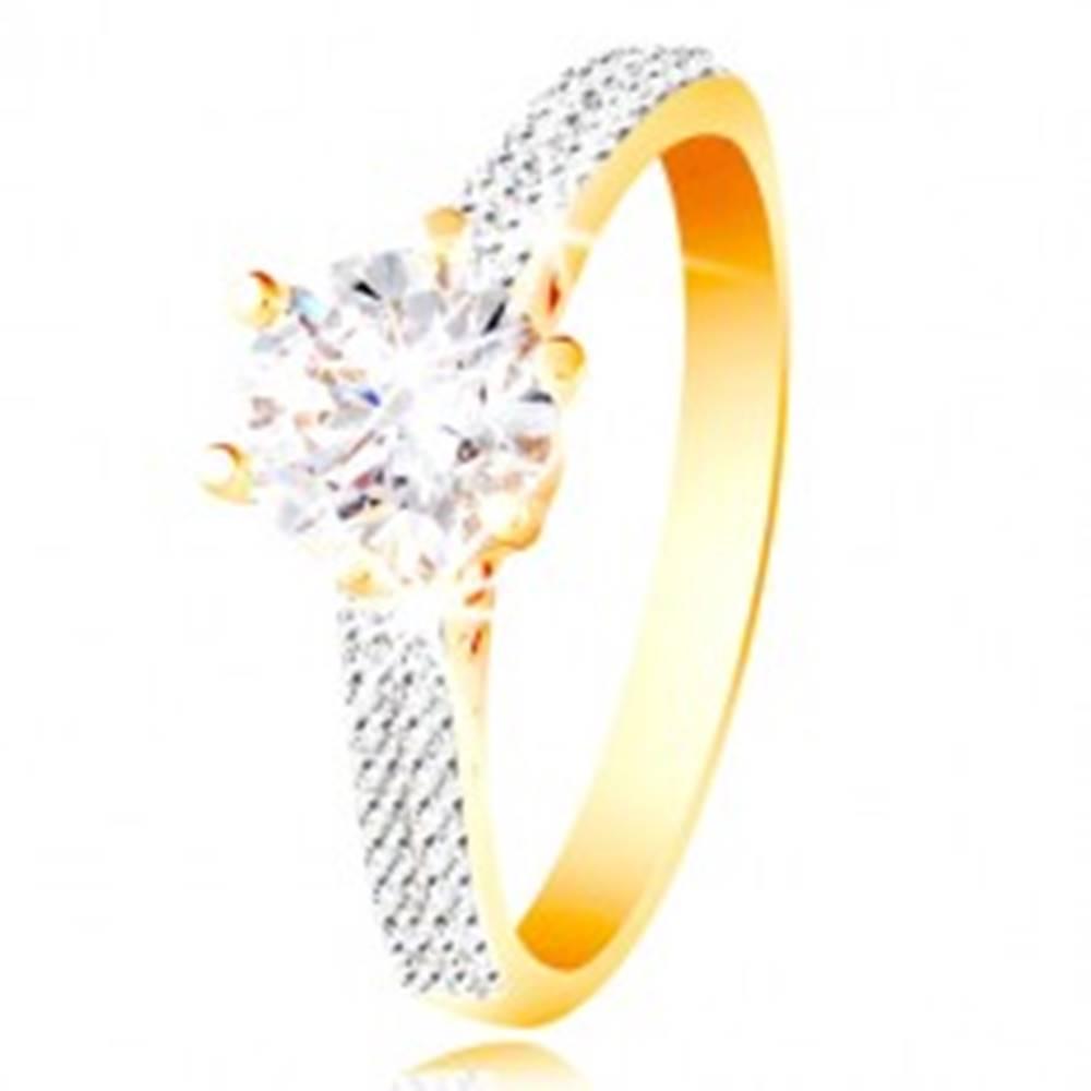 Šperky eshop Prsteň v 14K zlate - trblietavý číry zirkón v ozdobnom kotlíku, zirkónové ramená - Veľkosť: 49 mm