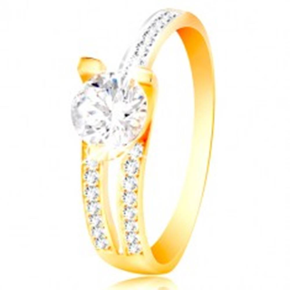 Šperky eshop Prsteň zo 14K zlata - veľký číry zirkón, asymetrické ramená s drobnými zirkónmi - Veľkosť: 50 mm