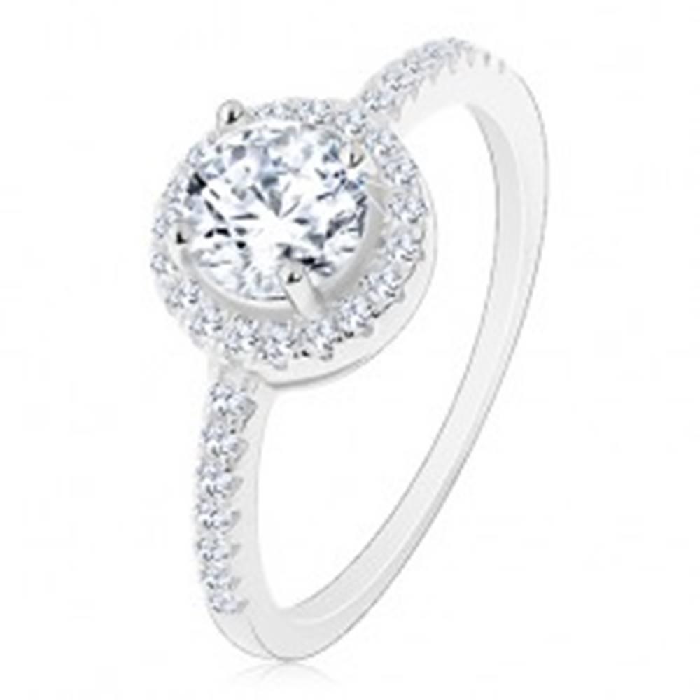 Šperky eshop Strieborný 925 prsteň, číry okrúhly zirkón s čírym lemom, zdobené ramená - Veľkosť: 48 mm