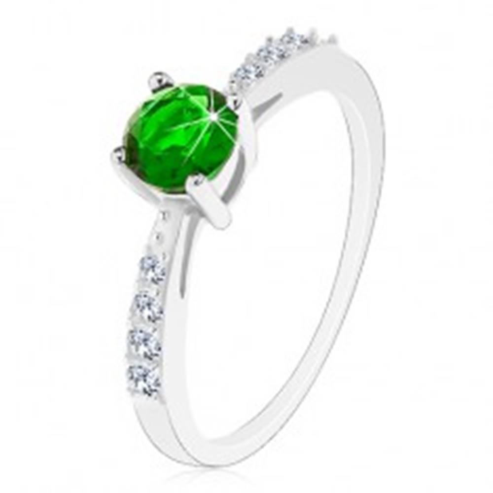 Šperky eshop Strieborný 925 prsteň, lesklé ramená vykladané čírymi zirkónikmi, zelený zirkón - Veľkosť: 49 mm