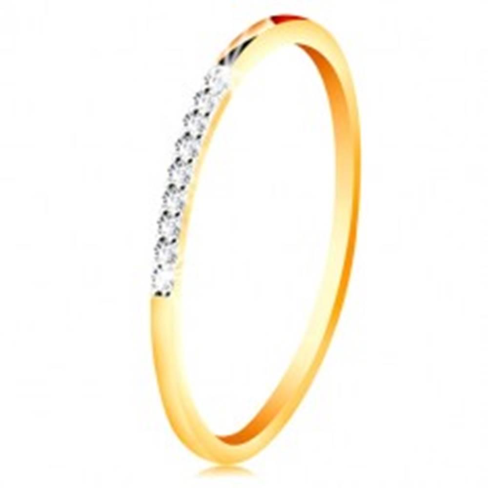 Šperky eshop Zlatý 14K prsteň - tenké lesklé ramená, ligotavá číra zirkónová línia - Veľkosť: 49 mm