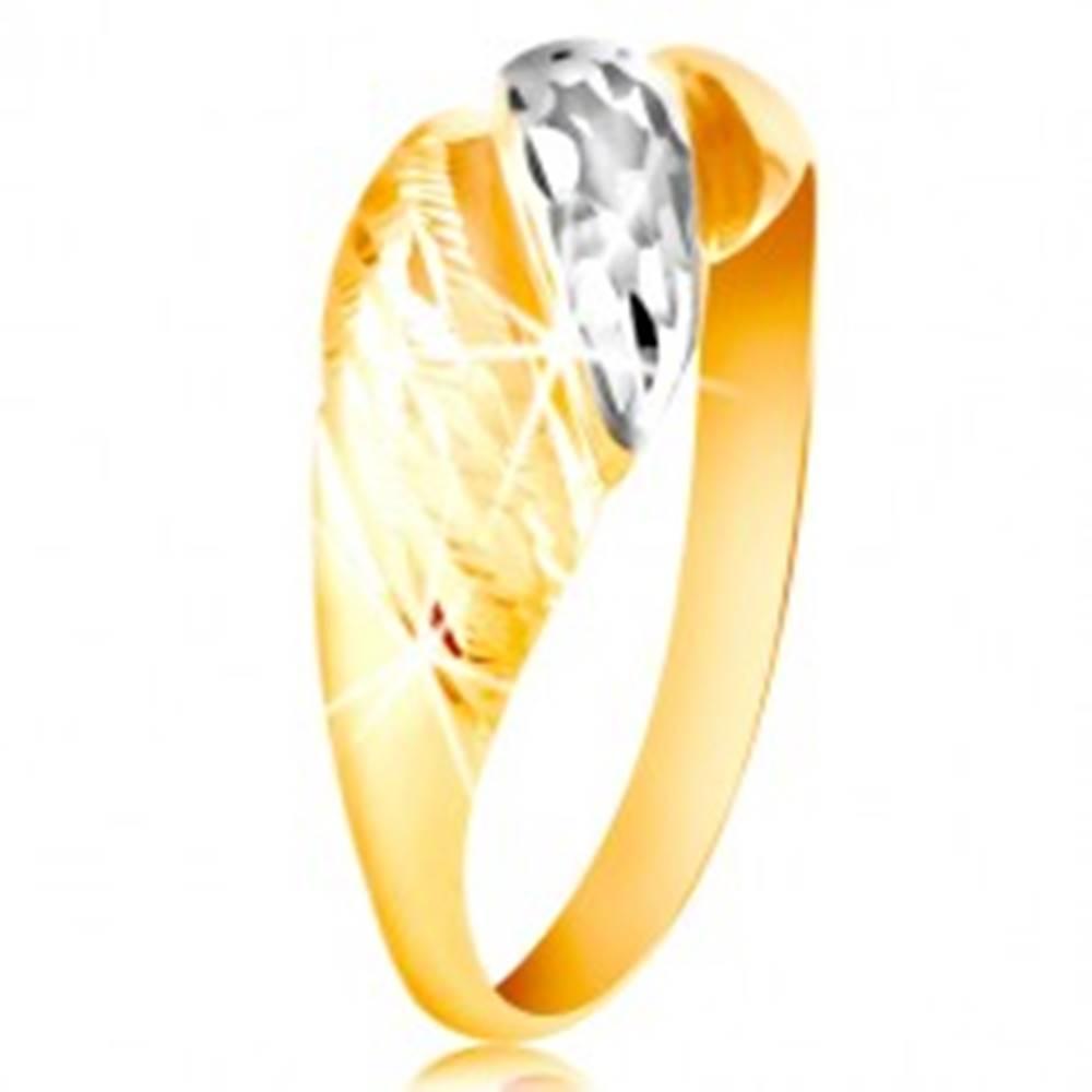 Šperky eshop Zlatý prsteň 585 - vypuklé pásy žltého a bieleho zlata, ligotavé ryhy - Veľkosť: 48 mm