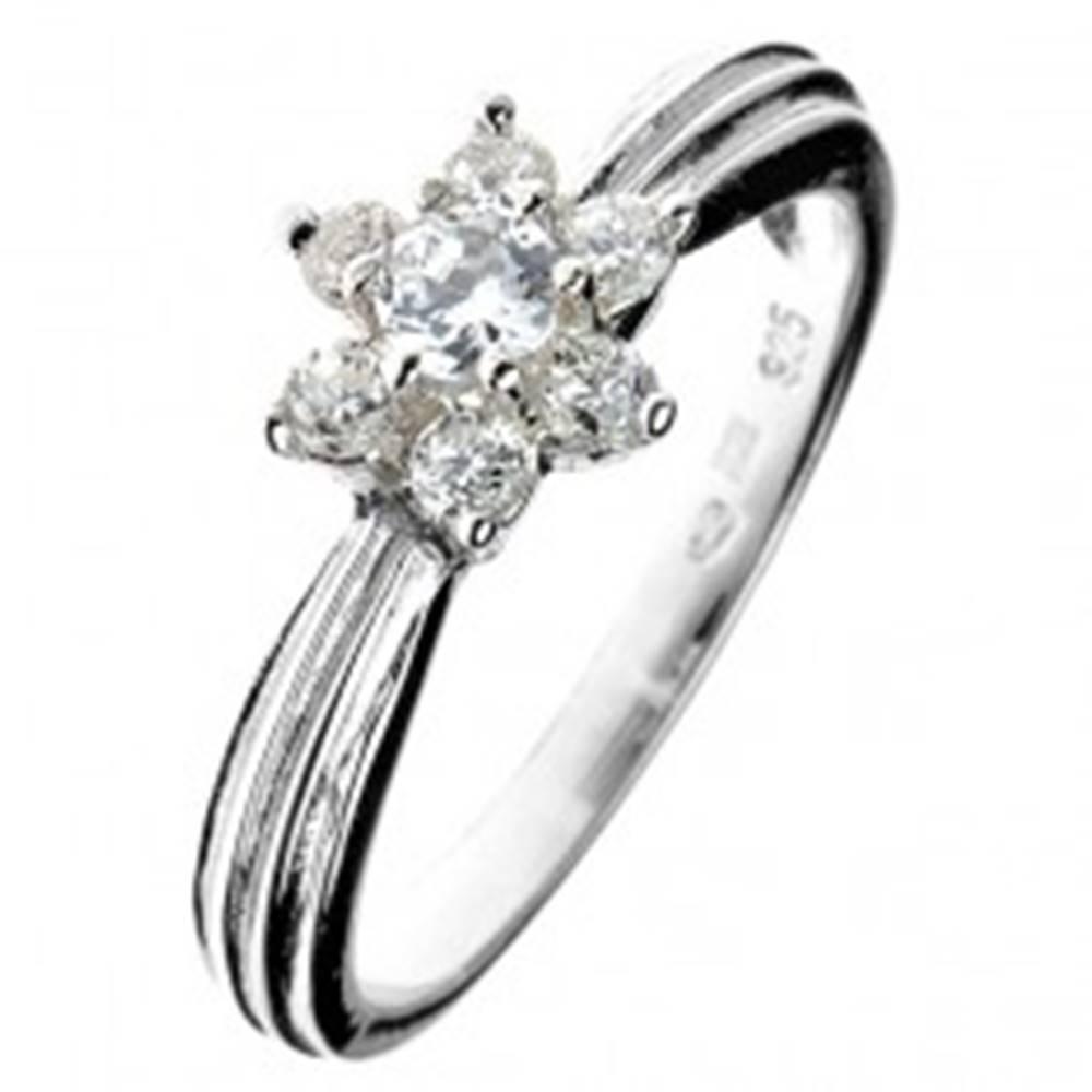 Šperky eshop Strieborný prsteň 925 - zirkónový kvet, vystúpený pásik po obvode - Veľkosť: 50 mm