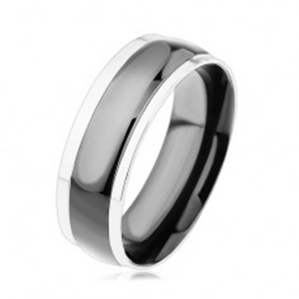 Šperky eshop Obrúčka z chirurgickej ocele, čierny vypuklý pás, okraje v striebornej farbe - Veľkosť: 57 mm
