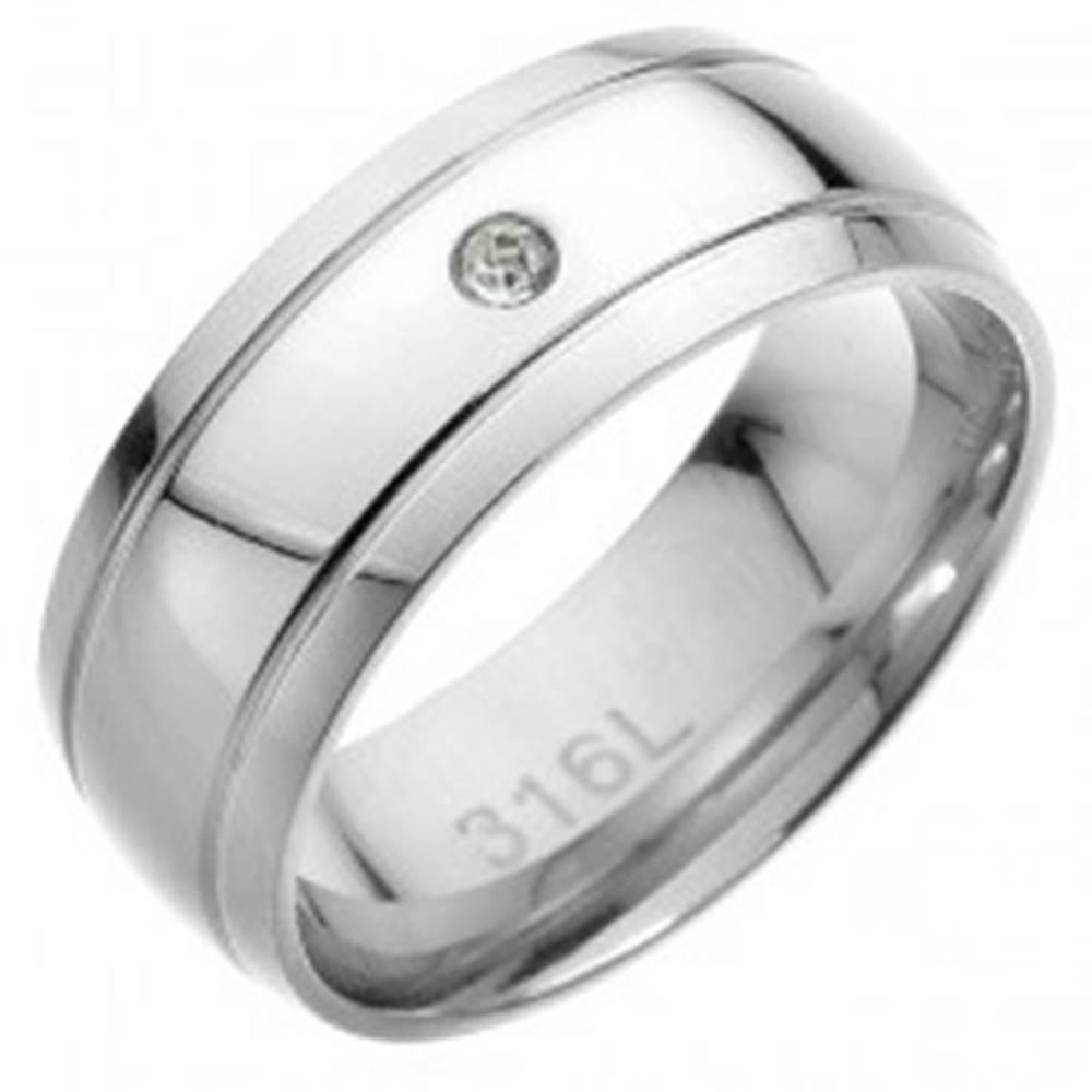 Šperky eshop Oceľový prsteň - dva rovnobežné pásy, v strede číry zirkón - Veľkosť: 57 mm