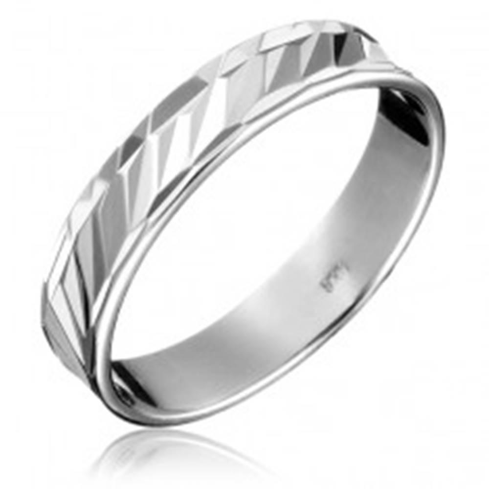 Šperky eshop Strieborná obrúčka 925 - diagonálne priehlbinky, členitý obvod - Veľkosť: 49 mm