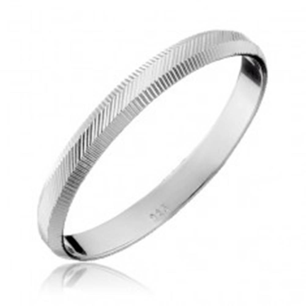 Šperky eshop Strieborný prsteň 925 - zvislé a diagonálne vrúbky, 2 mm - Veľkosť: 50 mm