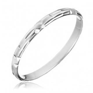 Strieborný prsteň 925 - zrnkové zárezy uložené do tvaru L - Veľkosť: 50 mm
