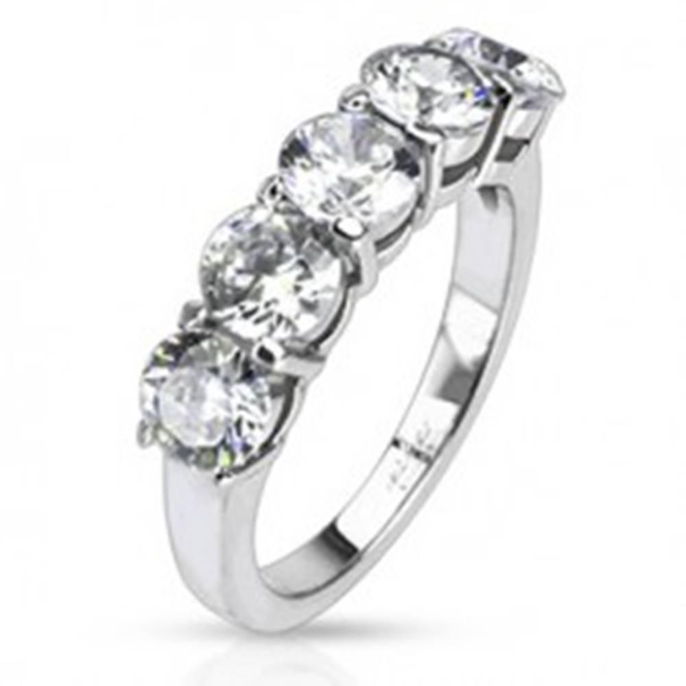 Šperky eshop Oceľový prsteň - päť okrúhlych čírych zirkónov v dvojitej objímke - Veľkosť: 48 mm