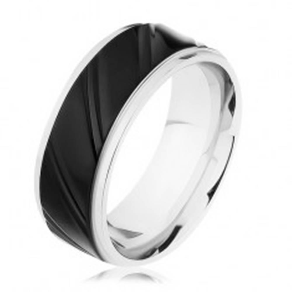 Šperky eshop Oceľový prsteň striebornej farby s čiernym pásom, šikmé zárezy  - Veľkosť: 57 mm