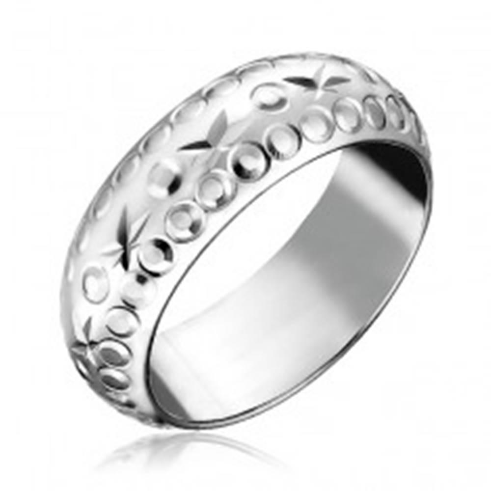 Šperky eshop Strieborný prsteň 925 - gravírované hviezdy a krúžky - Veľkosť: 49 mm