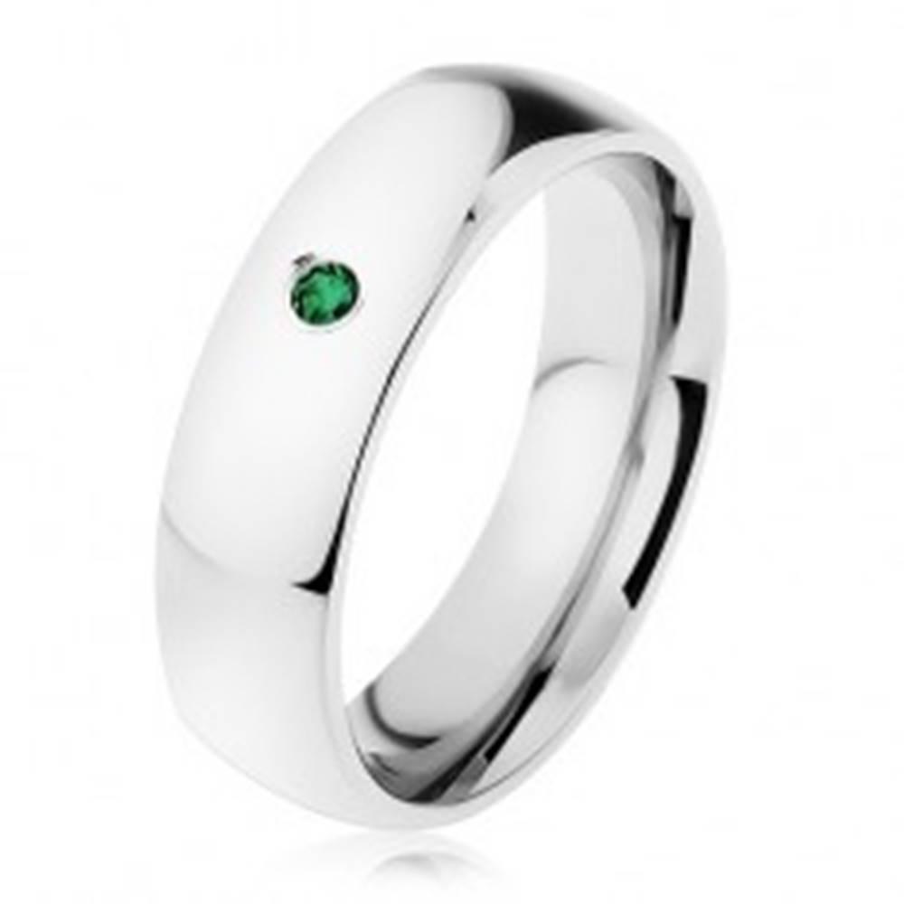 Šperky eshop Zrkadlovolesklá obrúčka z ocele, strieborná farba, drobný tmavozelený zirkón - Veľkosť: 49 mm