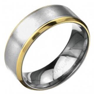Prsteň z titánu - matný pás striebornej farby s vrúbkami a lem zlatej farby - Veľkosť: 57 mm