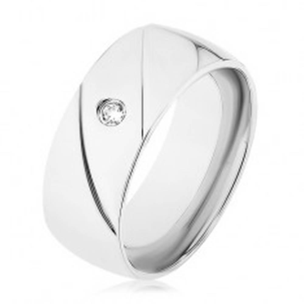 Šperky eshop Prsteň z ocele 316L, strieborná farba, dva diagonálne zárezy, číry zirkónik - Veľkosť: 56 mm
