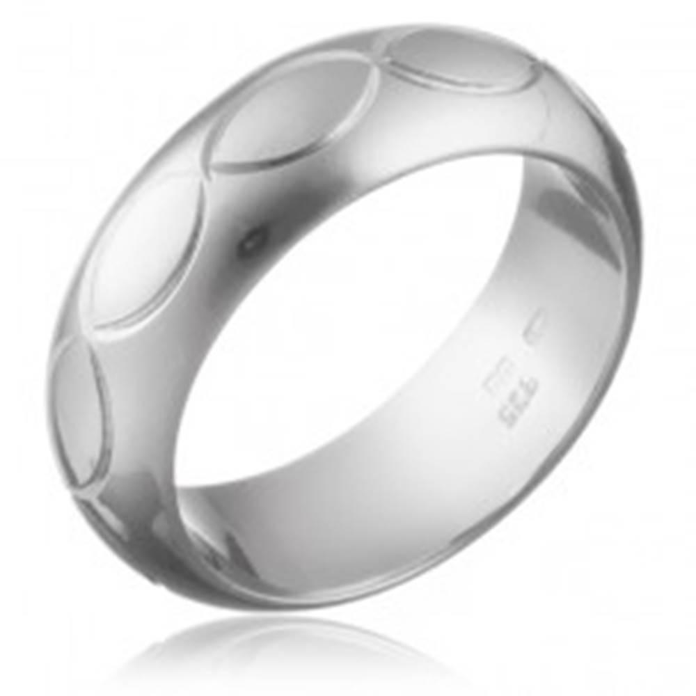 Šperky eshop Prsteň zo striebra 925 - gravírovaný pás obrysov zrnka - Veľkosť: 50 mm