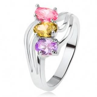 Lesklý prsteň, šikmo osadené farebné kamienky, trojitá vlna - Veľkosť: 49 mm