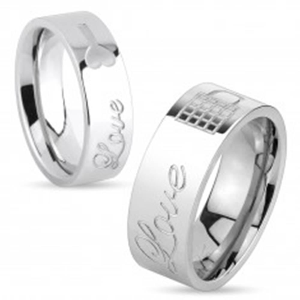 Šperky eshop Lesklý oceľový prsteň striebornej farby, nápis Love a zamknutá kladka, 8 mm - Veľkosť: 59 mm
