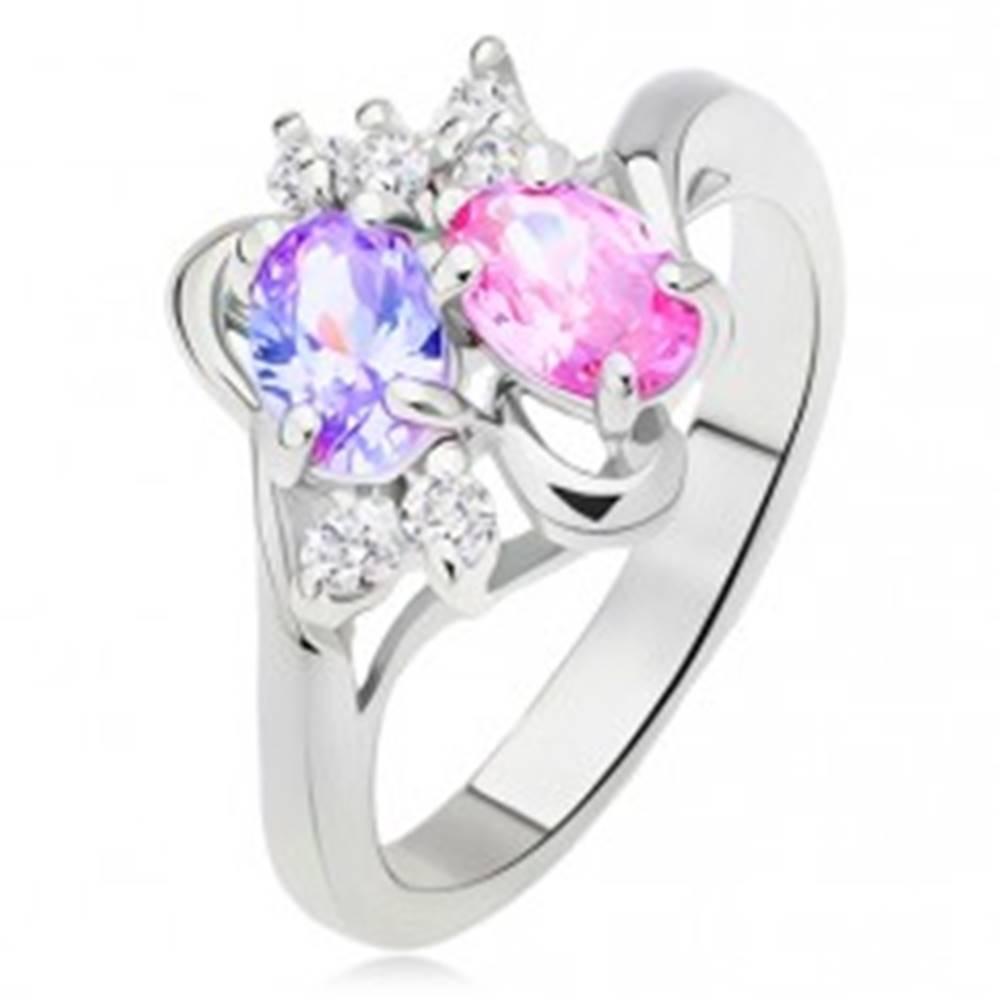 Šperky eshop Lesklý prsteň, rozvetvené a zvlnené ramená, farebné a číre kamienky - Veľkosť: 51 mm