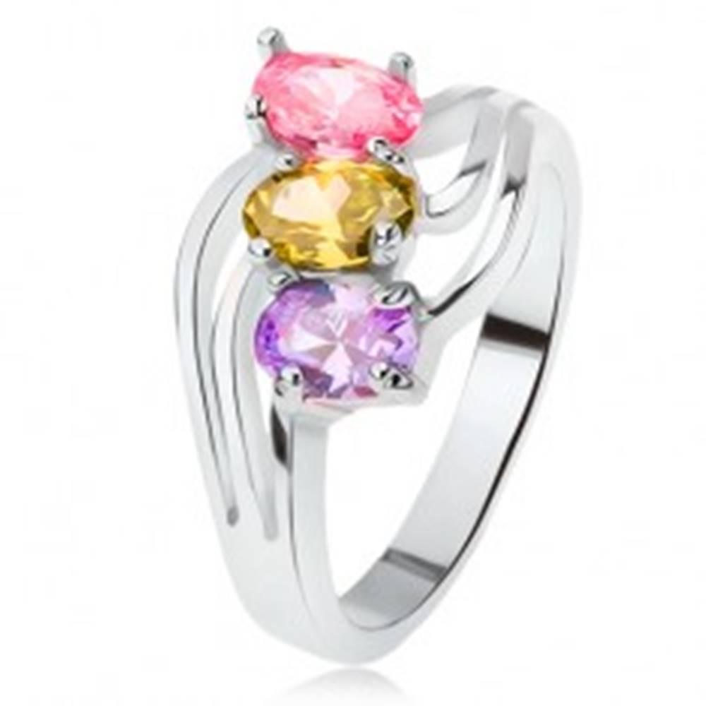 Šperky eshop Lesklý prsteň, šikmo osadené farebné kamienky, trojitá vlna - Veľkosť: 49 mm
