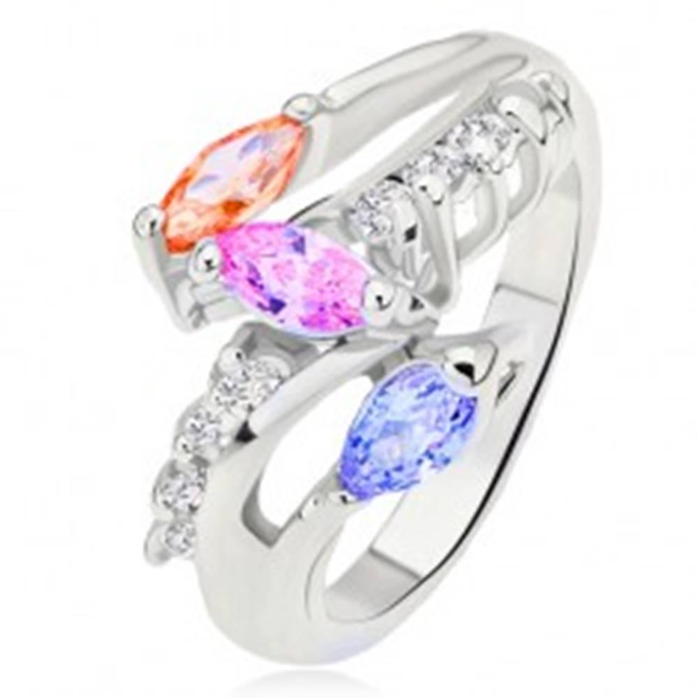 Šperky eshop Prsteň striebornej farby, farebné zrniečkové kamienky, oblá číra línia - Veľkosť: 49 mm