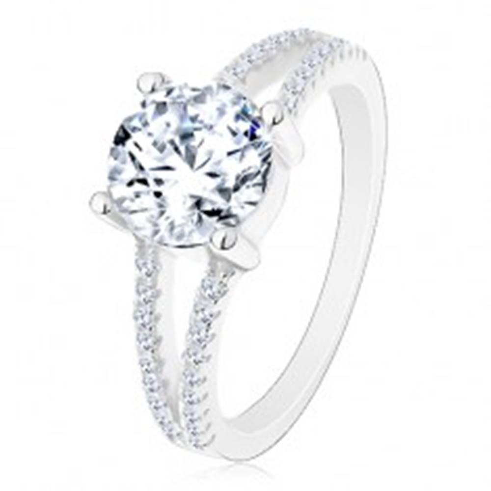 Šperky eshop Strieborný 925 prsteň - zásnubný, rozdelené zirkónové ramená, žiarivý okrúhly zirkón - Veľkosť: 50 mm