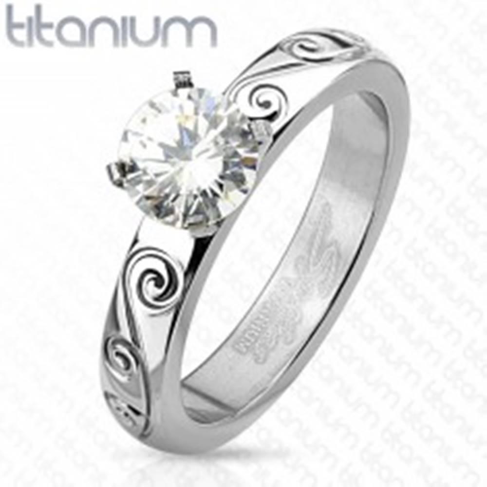 Šperky eshop Titánový prsteň striebornej farby, okrúhly číry zirkón, zdobené ramená - Veľkosť: 49 mm