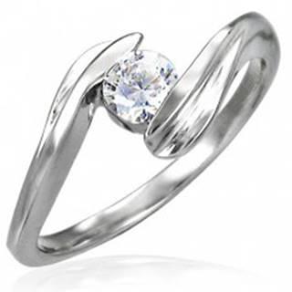 Oceľový zásnubný prsteň so zirkónom uchyteným medzi koncami ramien - Veľkosť: 49 mm